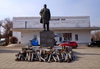 Missile casings and unexploded shells in front of a statue of Lenin, Pervomaysk, Ukraine, March 20, 2015.
