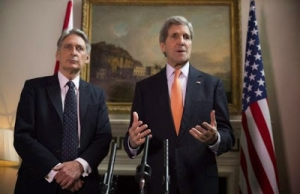Britain's Foreign Secretary Phillip Hammond and U.S. Secretary of State John Kerry (R) deliver a statement at a press conference in London, February 21, 2015.