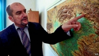 Hungarian-Ukrainian politician Laszlo Brenzovics points out Transcarpathia.